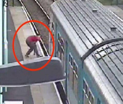 Βρετανία: 14χρονος πήδηξε σε κινούμενο τρένο και ζητούσε από τον οδηγό να μπει μέσα [φωτό & βίντεο]