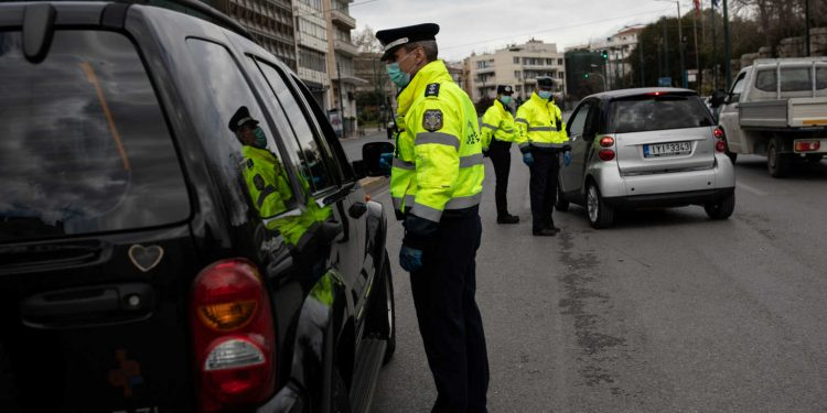 Police officers perform checks on drivers documents verifying purpose of movement, after the Greek government imposed a nationwide lockdown to contain the spread of the coronavirus disease (COVID-19), in Athens, Greece, March 24, 2020. REUTERS/Alkis Konstantinidis