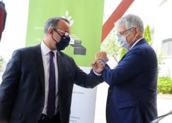 Ο υπουργός Οικονομικών κ. Χρήστος Σταϊκούρας και ο διευθύνων σύμβουλος της ΕΤΒΑ ΒΙ.ΠΕ. κ. Αθανάσιος Ψαθάς (από τα αριστερά προς τα δεξιά)