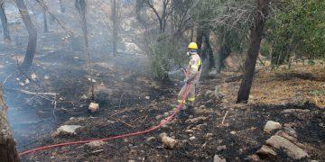 Πυροσβέστες επιχειρούν να σβήσουν τη φωτιά που ξέσπασε σε δασική έκταση στο τέρμα της οδού Κλεισούρας, στον Βύρωνα Αττικής, Σάββατο 26 Σεπτεμβρίου 2020. Στο σημείο επιχειρούν 62 πυροσβέστες με 22 οχήματα, 2 ομάδες πεζοπόρων τμημάτων, το μηχανοκίνητο ειδικό τμήμα πυροσβεστικών επιχειρήσεων, 5 ελικόπτερα και 1 αεροσκάφος με τη συνδρομή εθελοντών πυροσβεστών. ΑΠΕ-ΜΠΕ/ΑΠΕ-ΜΠΕ/Παντελής Σαίτας