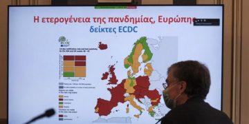 (Ξένη Δημοσίευση) Ο καθηγητής Σωτήρης Τσιόδρας μιλά κατά τη διάρκεια της τηλεδιάσκεψης που είχε ο πρωθυπουργός Κυριάκος Μητσοτάκης με τους 13 Περιφερειάρχες της χώρας, Αθήνα, Πέμπτη 22 Οκτωβρίου 2020. Στενότερη συνεργασία με την κεντρική διοίκηση και πιο ενεργό ρόλο των Περιφερειών για την αντιμετώπιση της πανδημίας ζήτησε ο Πρωθυπουργός στη διάρκεια της τηλεδιάσκεψης που είχε με τους 13 Περιφερειάρχες της χώρας. Στην τηλεδιάσκεψη έλαβαν μέρος ο Υπουργός Υγείας Βασίλης Κικίλιας, ο Υπουργός Εσωτερικών Τάκης Θεοδωρικάκος, ο Υφυπουργός Εσωτερικών Θόδωρος Λιβάνιος, ο Υφυπουργός Πολιτικής Προστασίας και Διαχείρισης Κρίσεων Νίκος Χαρδαλιάς, ο Καθηγητής Σωτήρης Τσιόδρας, ο Γενικός Γραμματέας Συντονισμού Εσωτερικών Πολιτικών Θανάσης Κοντογεώργης ο Πρόεδρος της ΚΕΔΕ Δημήτρης Παπαστεργίου. Παρόντες στην τηλεδιάσκεψη ήταν οι Περιφερειάρχες Κεντρικής Μακεδονίας και Πρόεδρος της ΕΝΠΕ Απόστολος Τζιτζικώστας, Αττικής Γιώργος Πατούλης, Ανατολικής Μακεδονίας και Θράκης Χρήστος Μέτιος, Ηπείρου Αλέξανδρος Καχριμάνης, Θεσσαλίας Κώστας Αγοραστός, Πελοποννήσου Παναγιώτης Νίκας, Δυτικής Ελλάδας Νεκτάριος Φαρμάκης, Κρήτης Σταύρος Αρναουτάκης, Νοτίου Αιγαίου Γιώργος Χατζημάρκος, Βορείου Αιγαίου Κώστας Μουτζούρης, Στερεάς Ελλάδος Φάνης Σπανός, Ιονίων Νήσων Ρόδη Κράτσα και Δυτικής Μακεδονίας Γιώργος Κασαπίδης. ΑΠΕ-ΜΠΕ/ΓΡΑΦΕΙΟ ΤΥΠΟΥ ΠΡΩΘΥΠΟΥΡΓΟΥ/ΔΗΜΗΤΡΗΣ ΠΑΠΑΜΗΤΣΟΣ
