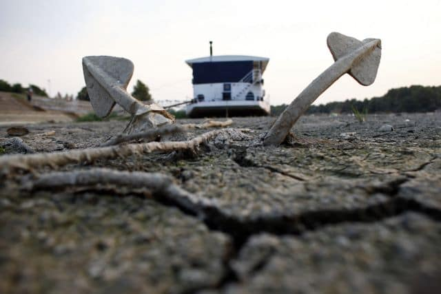 A boat and its anchor is stuck on the dry riverbed of the drought-stricken Danube river in Belgrade August 26, 2012. The western Balkans is in a heatwave that has seen temperatures top 40 degrees Celsius (104 degrees Fahrenheit), triggering hundreds of wildfires. Serbia appear to be one of the worst hit with its most severe drought in nearly 60 years, resulting with direct economic losses of some two billion euros, according to data from the local Agricultural Association. REUTERS/Marko Djurica (SERBIA - Tags: ENVIRONMENT MARITIME DISASTER TPX IMAGES OF THE DAY)