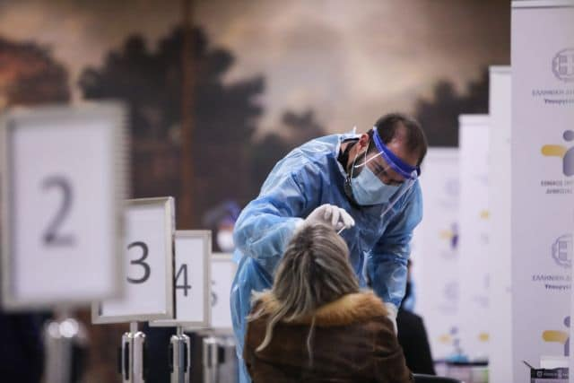 Medical staff collects swab samples  to test for the COVID-19 coronavirus at Syntagma metro station, in Athens, December 14, 2020 / Δειγματοληπτικοί έλεγχοι για τον Covid-19 στο μετρό Συντάγματος, Αθήνα, 14 Δεκεμβρίου, 2020