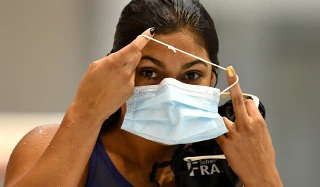 Swimming - DSV Olympic Qualification - Europa Sportpark, Berlin, Germany - April 16, 2021  Anna Elendt puts on a protective face mask after the 100m breaststroke women preliminary  REUTERS/Annegret Hilse