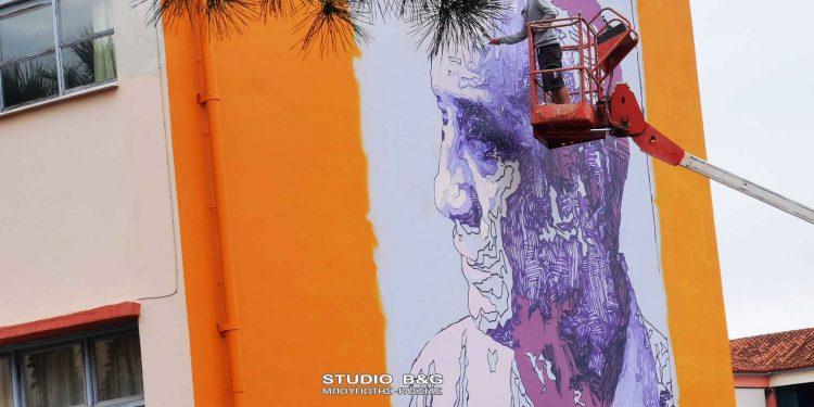 Ο Δήμος Ναυπλιέων και ο ΔΟΠΠΑΤ , ξεκίνησαν με την UrbanAct το πρώτο οργανωμένο πρόγραμμα Street Art δημόσιων τοιχογραφιών στο Ναύπλιο, ενταγμένο στο 1ο Φεστιβάλ Λόγου και Τέχνης, Τετάρτη 9 Ιουνίου 2021. Η πρώτη τοιχογραφία υλοποιείται στο 1ο Λύκειο Ναυπλίου από τον Street Artist Kez. Η θεματική της τοιχογραφίας είναι ο ποιητής Καρούζος, θα υλοποιείται ζωντανά και το κοινό μπορεί να παρακολουθεί τη διαδικασία υλοποίησής της και να συνδιαλέγεται με τον καλλιτέχνη και δημιουργό του έργου.