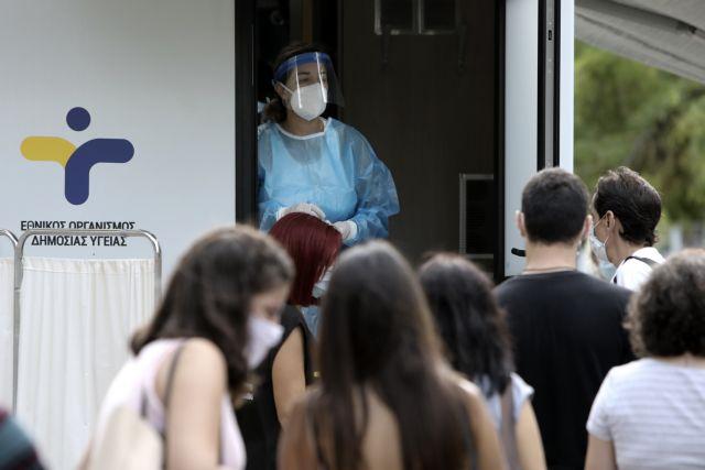 Medical staff collects swab samples  to test for the COVID-19 coronavirus at the Koumoundourou Square, in Athens, on Sept. 28, 2020 / Δειγματοληπτικοί έλεγχοι για τον Covid-19 στη πλατεία Κουμουνδούρου,Αθήνα, στις 28 Σεπτεμβρίου 2020