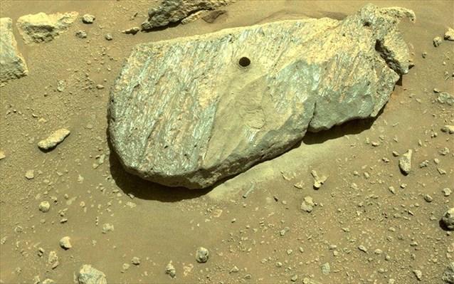 Στη φωτογραφία εικονίζεται το δεύτερο πέτρωμα που τρύπησε το ρόβερ για να συλλέξει δείγμα του πυρήνα του.